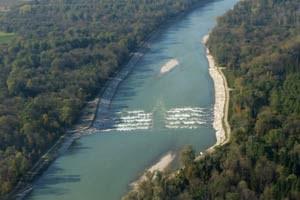 Mit einer künstlichen Rampe nahe Oberndorf wird schon jetzt versucht, die Flusssohle der Salzach zu stabilisieren.