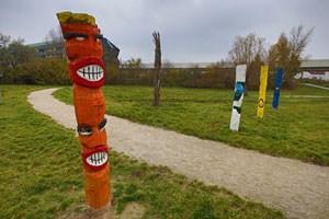 """Die von Jugendlichen gestaltete Grünfläche neben der U2-Trasse: Die """" Totems"""" werden """"Wächter der Sprüche"""" genannt."""