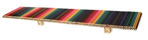 Zwei Objekte von insgesamt 30, die Wilcox innerhalb seines Designmarathons schuf. Ein Regal aus vielen, verklebten Buntstiften...
