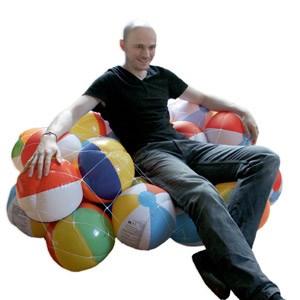 ...und ein Spontan-Sofa aus aufblasbaren Bällen, wie man sie sonst eher am Badestrand findet. Darauf lümmelt sein Erschaffer.