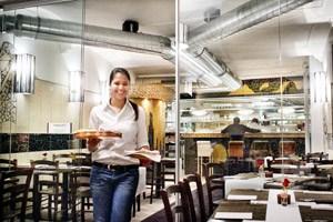 Sharma Swati studiert in Wien - das hat die junge Inderin aber nicht davon abgehalten, das Restaurant ihres Vaters Pradeep mit klugen Ideen aufzupeppen.