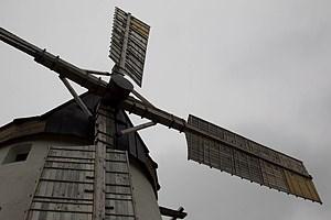 Über einen makabren Galgenhügel geht's zu  jenem Bauwerk, das bis heute das Stadtwappen von Retz schmückt.