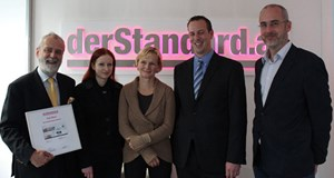 Verbund-Mannschaft ausgezeichnet (von li. nach re.): Kommunikationsmanager Heinrich Schmid, Barbara Keller, online communication, Renate Eglhofer, Senior Communication Consultant Agentur Vizeum, im Bild mit Peter Goigner und Matthias Stöcher von derStandard.at.