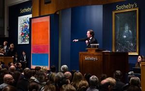 Tobias Meyer in A(u)ktion, flankiert von seinen Stars, Mark Rothko (li., 75,12 Mio. Dollar) und Francis Bacon (re., 29,76 Mio.).