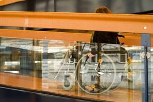 Eine Rampe für Rollstuhlbenutzerinnen kostet. Und Frauen- und Mädcheneinrichtungen können sich derartige Umbauarbeiten nicht leisten.
