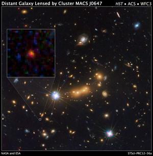 Links hervorgehoben: Die mögliche Uralt-Galaxie MACS0647-JD, deren Licht vom Galaxienhaufen MACS J0647+7015 gebündelt wurde.