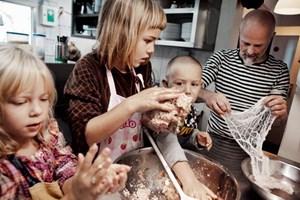 Kinder kochen mit Körpereinsatz.
