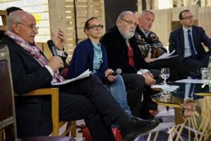 Herper, Jahn, Korschelt, Fabisch und Schimautz reflektierten über Politik in der Kunst an Pistolettos Spiegeltisch.