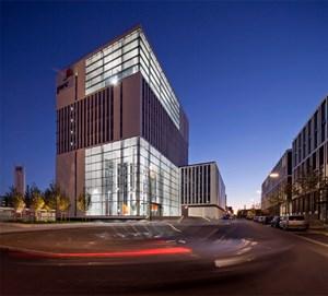"""Der Münchner """"Skygarden"""" der CA Immo wurde als Green Building konzipiert. Hauptmieter des von BRT geplanten Gebäudes ist das Wirtschaftsprüfungs- und Beratungsunternehmen Pricewaterhouse Coopers (PwC). Vermietungsgrad: 90 Prozent."""