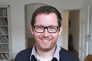 """Der gebürtige Saarländer und Wahl-Berliner  Florian Opitz (37) studierte Geschichte, Psychologie und Literaturwissenschaft, bevor er über Umwege zum Fernsehen fand. Seit 1998 produziert er als Autor und Regisseur Dokumentarfilme; für sein Kinodebüt """"Der große Ausverkauf"""" wurde er 2009 mit dem Grimme-Preis ausgezeichnet."""