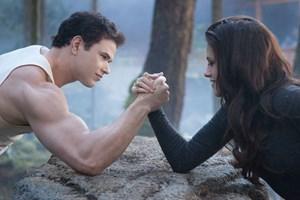 Freundschaftliches Armdrücken: Neovampirin Bella Swan (Kristen Stewart) hat plötzlich Kräfte, die auch Emmeth Cullen (Kellan Lutz) überfordern.