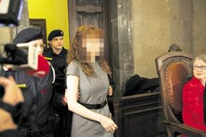 Angeklagte und Gutachterin: Estibaliz C. und Adelheid Kastner (re.) vor dem Prozessstart im vollen Gerichtssaal.