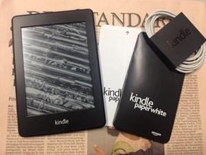 Im Lieferumfang: Ein Kindle Paperwhite, eine Kurzanleitung, eine Produktinformation und ein USB-Kabel