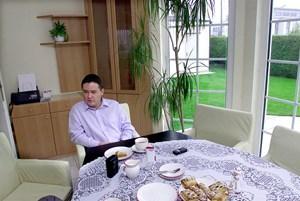 Westenthaler 2002 in seinem Haus in zehnten Wiener Gemeindebezirk.