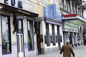 In unmittelbarer Nachbarschaft des Cafe Museums am Wiener Karlsplatz: das ehemalige Opernkino. Filmvorführungen bis Ende 2012 im Rahmen von WienXtra.
