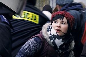 """Umtriebige Heldin, die auch die Protestformen der Gegenwart kennenlernen wird: Sita (Anna Fischer) aus Barbara Alberts neuem Film """"Die Lebenden""""."""