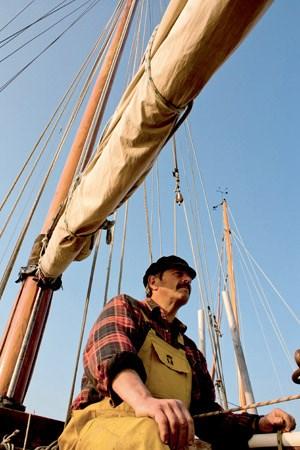 Die kleinen Schleppnetze dürfen ausschließlich von Segelbooten gezogen werden - bei Windstille muss gerudert werden: überlieferte Methoden, die den Bestand sichern.