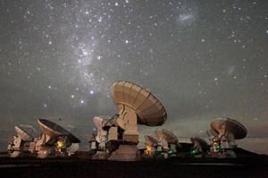 Bis 2013 wird ALMA aus insgesamt 66 Antennen bestehen, die dann zu einer riesigen Einheit mit bis zu 16 Kilometern Durchmesser zusammengeschlossen werden können.