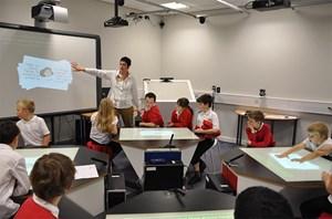 In der Schule von morgen: Volksschüler finden an ihren Multimedia-Tischen Spaß an Mathematik und lernen dabei mehr.