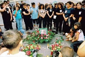 Trauernde am Tag danach an jener Stelle in der Wiener City, wo Binali I. am 31. August 2002 von einem Polizisten erschossen wurde.
