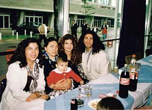 Bild aus glücklicher Zeit: Binali (re.) mit Freundin, Mutter Ruike, Schwester Hatice (li.), ihr Baby.