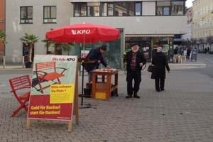 """Wahlwerbung à la KPÖ: Narzissen für PassantInnen und """"Geld für Bankerl statt für Banken"""""""