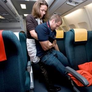 """Wie hebt man einen Passagier alleine aus seinem Sitz? Wie verwendet man medizinische Geräte und Medikamente in der Umgebung einer Druckkabine richtig? Das und mehr lernen Ärzte bei """"Doc on Bord""""."""