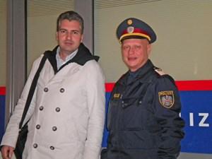 Alexander Hengl vom Marktamt und Polizeiinspektor Roman Mrazek arbeiten seit vielen Jahren bei Lokalkontrollen zusammen.