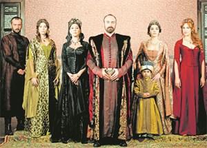 Viel Kitsch, Sex, Eifersucht und Macht im Topkapi. Süleyman der Prächtige (Mi., dargestellt von Halit Ergenç) ist der orthodoxen Haremsdame Hürrem (Meryem Uzerli, ganz rechts) verfallen.