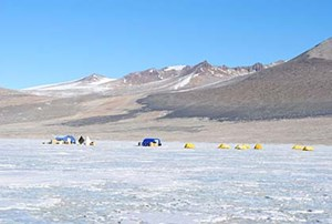 Die Forscher trotzten dem unwirtlichen Klima über dem Eis, um tief darunter Mikroben zu finden.