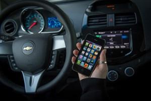 Chevrolet will iPhone-Kunden Siri über den Bordcomputer bedienen lassen. (Mit einem iPhone 3GS wie im Bild geht das allerdings nicht)