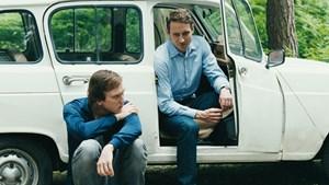 """Kräftespiel in der Familie: Lars Eidinger (li.) und Sebastian Zimmler in """" Was bleibt""""."""
