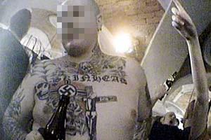 In Mitterding (Oberösterreich) herrschte bei einem Konzert im Dezember 2006 gute Stimmung, ein  Musikliebhaber stellte ungeniert seine Hakenkreuz-Tatoos zur Schau.