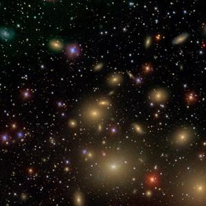 Eingebettet in den Perseushaufen liegt die kompakte kleine Galaxie NGC 1277 (hier im Zentrum des Bildes) - rekordverdächtige 14 Prozent ihrer Gesamtmasse macht ein Schwarzes Loch aus.