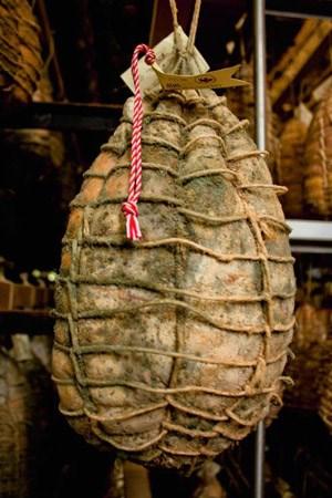 ... über etliche Monate in feuchten Kellern gereift, damit Edelschimmel ihren Geschmack aufs Nobelste veredle.