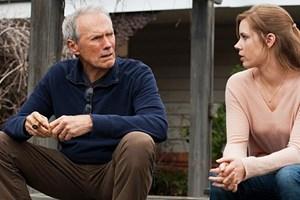 """Clint Eastwoods neueste Rolle, hier mit Amy Adams in einer Szene aus """"Back in the Game"""": ein mürrischer Baseball-Scout, der mit der Gegenwart hadert."""