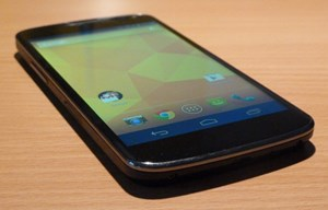 Von vorne betrachtet ähnelt das Nexus 4 stark seinem Vorgänger, dem von Samsung produzierten Galaxy Nexus. Allerdings gibt es die dezente Kurve im Display nicht mehr, statt dessen ist der Rand links und rechts leicht abgerundet.