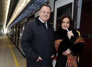 Angela Schneider ist die neue Stimme der Öffis - im Bild ist sie mit Wiener-Linien-Geschäftsführter Eduard Winter zu sehen.