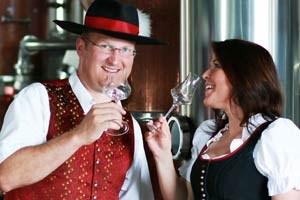 """Josef Farthofer mit Partnerin Doris Hausberger in seiner Destillerie. Seine Erzeugnisse kann man in der """"Mostelleria"""" in Öhling ab Hof erwerben oder über Händler."""