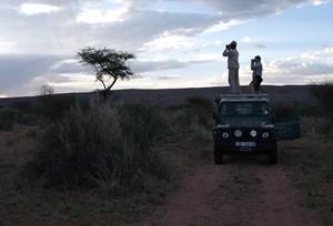 Auf der Suche nach den Elefanten helfen Antenne und Ferngläser.-> Hier gibt's eine Ansichtssache über den Arbeitsurlaub.