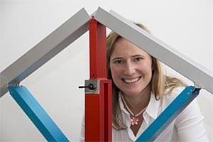 Susanne Gmainer mit einem Modell ihrer Erfindung.