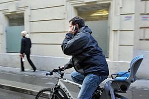 Wer beim Radfahren telefoniert, muss ab Ende März 2013 mit 50 Euro Strafe rechnen.