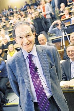 Sir Roger Penrose kurz vor seinem Wiener Vortrag über seine neue zyklische Theorie des Universums.