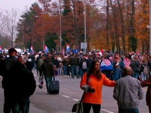 Am Vorplatz des Flughafens Zagreb versammeln sich Menschen, um den an diesem Tag vom Internationalen Strafgerichtshof freigesprochenen General Gotovina zu empfangen.