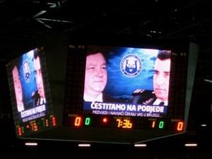 """""""Wir gratulieren zum Sieg!"""" - Am Tag ihrer Freisprüche werden die Generäle Gotovina und Markač auch in der Eishalle gefeiert."""