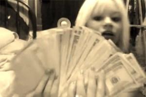 Über 6000 Dollar hält die 19-Jährige stolz in die Kamera