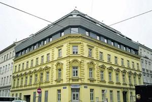 Ein Gründerzeithaus im Grätzel südlich der Thaliastraße, das nachträglich um mehrere Geschoße gewachsen ist.