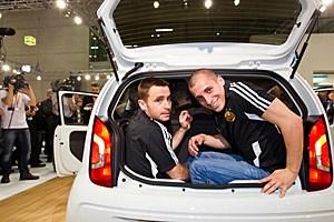 Fahrzeugkontrolle im vergangenen Jahr: Zwei Spieler des SK Rapid schauen sich den Kofferraum eines VW Up sehr genau an.