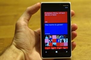 Mit einer Länge von rund 130 und einer Breite von 71 Millimeter ist das Lumia 920 in etwa so groß wie ein Galaxy S3 oder ein Windows Phone 8X by HTC. Das Nokia-Smartphone bringt mit 185 Gramm aber deutlich mehr Gewicht auf die Waage.