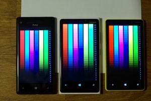 """Im Display-Test der kostenlosen App """"WP Bench Free"""" deckt das Lumia 920 (mitte) bei voller Helligkeit das komplette Helligkeitsspektrum ab. Das Windows Phone 8X (links) kommt bei voller Helligkeit nicht ganz heran, der ebenfalls auf maximale Helligkeit eingestellte S-AMOLED-Bildschirm des Lumia 820 (rechts) ist deutlich dunkler und bietet weniger Helligkeitsabstufungen."""